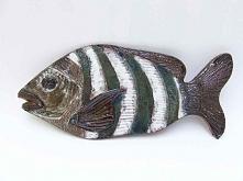 Pasiasta rybka to obrazek do zawieszenia. Wykonana z ciemnej gliny i szkliwio...