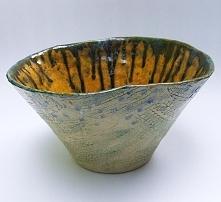 Jadowita misa to ceramika z wytłoczeniami koronkowymi na zewnątrz i gładkim wnętrzem z kolorowego szkliwa, bardzo efektowna, duża i nierówna. Pojemna. Zewnętrzna faktura sprawia...