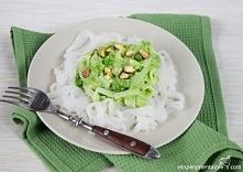 Makaron ryżowy z serem pleśniowym i groszkiem - bezglutenowy obiad light