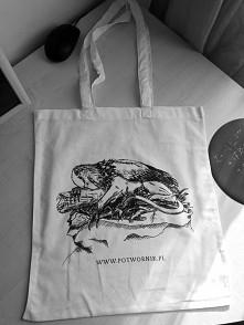 Piękna, nowa, biała torba ekologiczna z nadrukiem wysokiej jakości (sitodruk) i oryginalnymi grafikami, chronionymi prawem autorskim. Polecam. Można ją kupić za 20,00 zł.