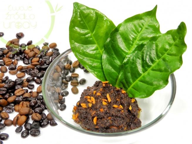 Antycellulitowy peeling kawowy  Skórkę z jednego owocu pomarańczy miksujemy na gładką masę z 2 łyżeczkami oliwy z oliwek lub innego ulubionego zimnotłoczonego oleju. Do tego dodajemy 3 łyżki świeżo mielonej kawy i łyżeczkę cynamonu. Uzyskaną mieszanką wykonaj peeling. Zwłaszcza tych miejsc, które objęte są cellulitem. Po zabiegu dokładnie spłucz peeling.