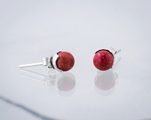 Kolczyki: czerwone kulki, wykonane ze srebra w próbie 925.