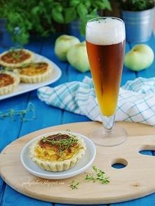 Minitarty z cebulą, antonówką, boczkiem i serem. Idealne do szklaneczki zimne...