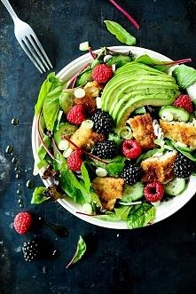 sałatka z panierowanym kurczakiem i owocami