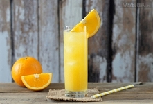 Ambassador – pomarańczowy drink z tequilą  Składniki:      tequila     syrop cukrowy     sok pomarańczowy     kawałek pomarańczy     kostki lodu  przepis po kliknięciu w zdjęcie