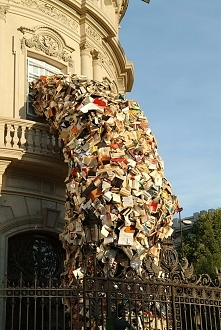 Książkowa rzeźba.