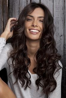 Czy wiecie, jak pokręcić włosy, by były pokręcone od góry, lub chociaż od połowy? Mam dość gęste włosy do pasa, naturalnie falowane i podatne na kręcenie, nie cieniowane. Jak pr...