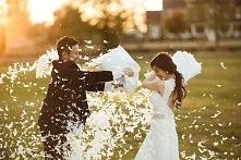 Pillow Fight! Niebanalny pomysł na sesję ślubną | Więcej na prettyday.pl