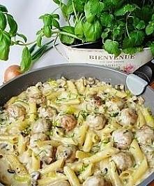 Pulpety z makaronem w sosie pieczarkowo - porowym  Składniki:  500 g mieloneg...