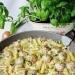 Pulpety z makaronem w sosie pieczarkowo - porowym  Składniki:  500 g mielonego 1 jajko 1 cebula 2 łyżki bułki tartej 1 łyżeczka musztardy sarepskiej 0,5 łyżeczki słodkiej papryki sól, pieprz do smaku 300 g makaronu rurki 1 por 250 g pieczarek 250 ml śmietany kremówki 2 żółtka sól,pieprz do smaku olej do smażenie Przygotowanie:  Cebulę pokroić i zrumienić na oleju dodać do mięsa. Wbić jajko dodać bułkę tartą, musztardę, paprykę, doprawić do smaku i wymieszać. Uformować małe klopsiki, obtoczyć w mące i na patelni w której zrumienialiśmy cebulkę podsmażyć na oleju klopsiki z wszystkich stron. Zdjąć klopsiki i podsmażyć pokrojony por i pieczarki. Po chwili dodać klopsiki i chwilkę podsmażać. Śmietanę zmiksować z żółtkami, doprawić do smaku i wlać na patelnię. Dodać ugotowany al dente makaron i całość gotować aż sos zgęstnieje. Przed podaniem posypać pokrojonym szczypiorkiem.