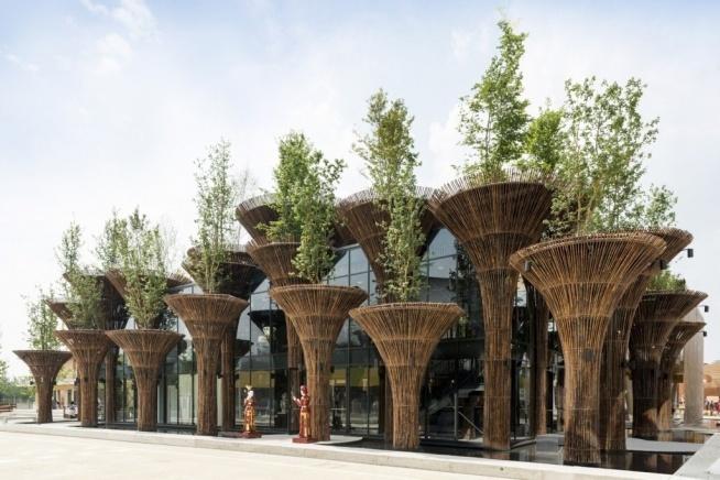 Vo Trong Nghia Architects jest jedną z większych firm architektonicznych w Wietnamie. Założono ją w 2006 roku. Eksperymentując z wiatrem, wodą i światłem oraz wykorzystując lokalne i naturalne materiały firma wspiera architekturę przyjazną środowisku.  Więcej zdjęć po kliknięciu obrazka.