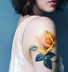 tatuaże damskie żółta róża