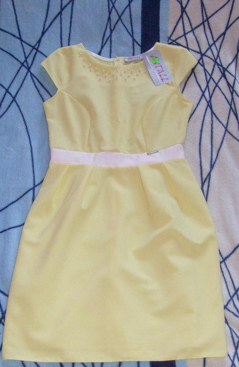 sprzedam nową sukienkę z metką, rozmiar z metki M(dla chętnych podam dokładne wymiary). Kolor żółty, materiał tłoczony w delikatny wzór(niestety na foto nie widać) przy dekolcie zdobiona białymi koralikami, w pasie wszyty biały pasek materiału(taka miękka skajka) sukienka jest całkowicie nowa, cena z metki 130zł ale ja oczywiście sprzedam taniej, osoby zainteresowane zapraszam na priv, i z góry przepraszam za jakość zdjęcia
