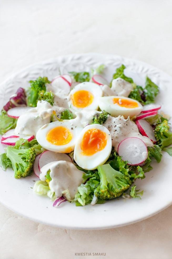Sałatka z brokułami, jajkiem i rzodkiewką z sosem jogurtowym