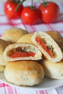 Bułeczki z pomidorem, mozzarellą i bazylią  Składniki ciasta:  500 g mąki pszennej  7 g drożdży suchych 1 łyżka cukru 1/2 łyżeczki soli 2 łyżki oliwy około 1 szklanki ciepłej wo...