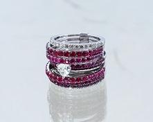 Pierścionek z rubinami i diamentem w kształcie serca.