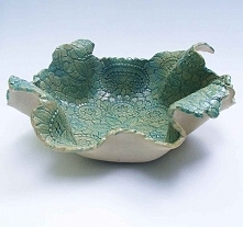 Pomięta serweta to ceramiczna misa z białej gliny bez szamotu - bardzo dekoracyjna z wytłoczeniami koronkowymi wewnątrz. Nadano wytłoczeniom lekki niebieski kolor. Cała misa szk...