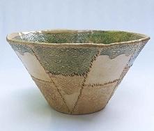 Koroneczka na misie to ceramika z wytłoczeniami koronkowymi na zewnątrz i wewnątrz. Nadano wytłoczeniom lekki kolor. Cała misa szkliwiona transparentnie. Naturalny kolor gliny z...