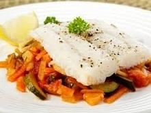 Ryba z warzywami z piekarnika! Składniki: 200g ryby, 300g warzyw(mogą być mrożone), 1 łyżka oliwy z oliwek, 1 łyżka białego wina, 1 lub 2 plastry cytryny, sól, pieprz Krok po kr...