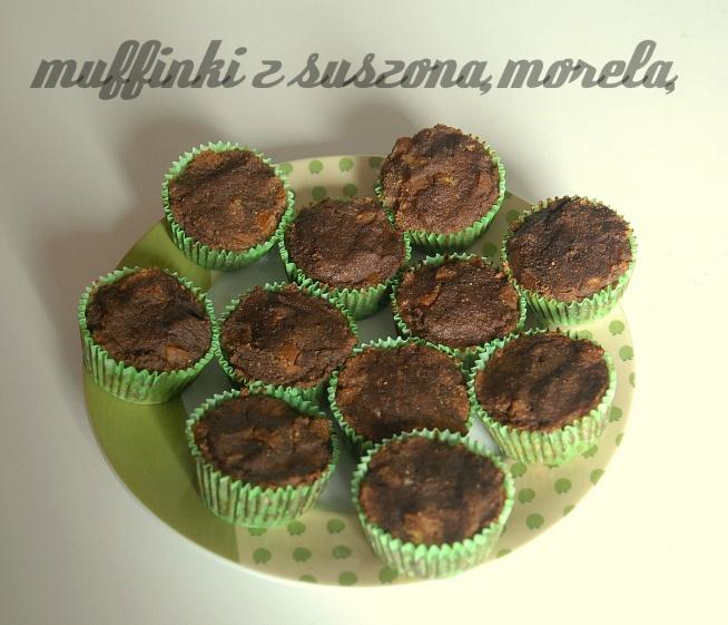 """KLIKNIJ W ZDJĘCIE PO PRZEPIS! :) Dzisiaj niedziela, więc czas na deser! Muffinki przygotowałam specjalnie na odwiedziny mamy ;). Bezglutenowe, bez jajek i bez mleka, muffiny w stylu paleo, a jeśli nie użyjecie kakao i karobu, będą nadawały się także na protokole autoimmunologicznym. Jako """"nadzienia"""" użyłam suszonych moreli (bogatych w  beta-karoten, witaminy A, B, C, E oraz żelazo, wapń, fosfor, potas i bor), wybrałam takie bez dodatku substancji konserwujących. Pamiętajcie, że muffiny na słodko mają wysoki indeks glikemiczny i nie są zalecane do jedzenia na co dzień, a raczej od święta. Przewagą paleo muffinek jest fakt, że nie zawierają substancji uzależniających - glutenu, zbóż i nabiału, w których znajdują się glutenomorfiny (w zbożach glutenowych) i kazomorfiny (w nabiale). Banany zastępują jajka, a więc są odpowiednie dla osób, które ich nie tolerują. Co więcej, można na prawdę się nimi najeść, w przeciwieństwie do klasycznych muffinek z mąki pszennej, czy jakiejkolwiek zbożowej, ponieważ zawierają więcej tłuszczu (tego zdrowego, nasyconego, ważnego budulca naszego organizmu), mają niższy indeks glikemiczny i nie mają działania uzależniającego - kiedy jadłam klasyczne zbożowe, pseudo-zdrowe, fit słodycze, wpadałam w ciąg jak narkomanka, nie mogąc się od nich oderwać, dopóki nie zjem wszystkich."""