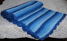 Przedstawiam własnoręcznie wykonany kocyk na szydełku w trzech odcieniach niebieskiego. Jest bardzo ciepły a zarazem leciutki. Jego wymiary to 60 cm x 80 cm. Idealnie nadaje się...