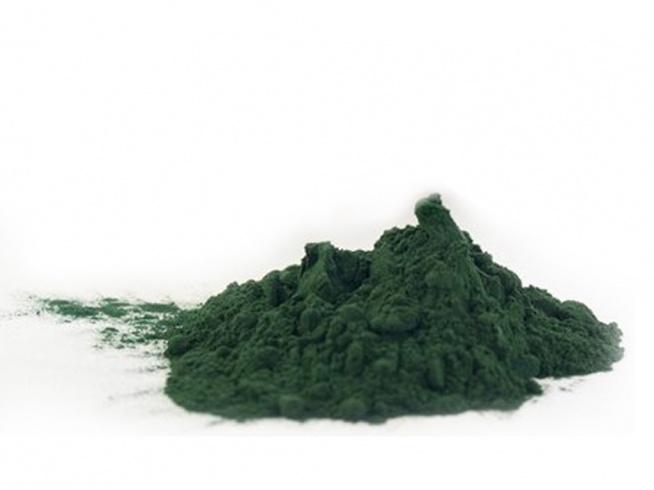 Spirulina, podobnie jak chlorella, jest jedną z alg morskich.  To naturalne źródło białka oraz witamin w tym z grupy B i E. Nie zapominajmy także o beta-karotenie.