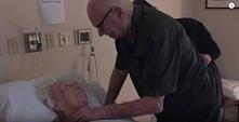 92-letni mężczyzna śpiewa p...