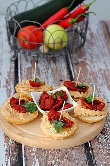 Grzanki z pastą z kurczaka i suszonymi pomidorami