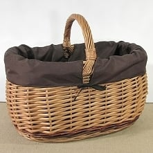 Wiklinowy kosz na zakupy z praktycznym wkładem z materiału w kolorze brązowym.