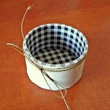 Niedzielne robótki, czyli rolka od szarej taśmy, kawałek kartonu, chusteczka ze wzorem (w tym przypadku kratka), kawałek sznurka i farba w kolorze kości słoniowej :)
