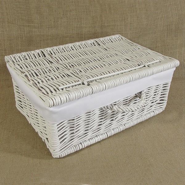 Wiklinowa kasetka pomalowana na biało z praktycznym wkładem z materiału.