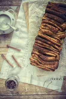 Ciasto drożdżowe z cynamonem do odrywania - robiłam ostatnio. Jest absolutni pyszne :)