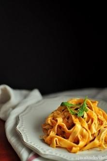 makaron z sosem pomidorowym z mascarpone i rukolą - przepis po kliknięciu w zdjęcie