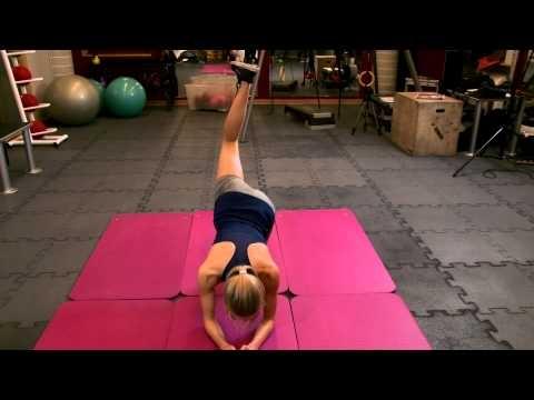 Ćwiczenia ❤️ na uda i pośladki :)  Unoszenie nóg w klęku podpartym - ćwiczenia siłowe  Poziom treningu dla początkujących.  GŁÓWNE MIĘŚNIE: Mięsień pośladkowy wielki  MIĘŚNIE WSPOMAGAJĄCE: Mięsień dwugłowy uda, Pośladkowy średni, Pośladkowy mały  WYKONANIE ĆWICZENIA: Wykonaj klęk podparty. Kolana oparte o podłoże, ręce oparte przed kolanami, plecy proste.  Unieś prostą lub zgiętą w kolanie nogę do góry. Kieruj stopę w stronę sufitu. Następnie opuść nogę.  UWAGI TRENERA: Ważna jest stabilna pozycja, ręce na ziemi szerzej niż barki. Staraj się trzymać proste plecy. Wzrok skierowany przed siebie.  Szukasz zajęć fitness w swojej okolicy? Skorzystaj z wyszukiwarki zajęć sportowych FitPlanner ! :)