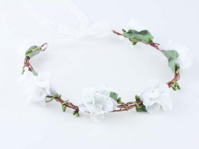 Kwiatowy, ślubny wianek na głowę.  Dostępny w ślubnym sklepie internetowym Madame Allure! Link w komentarzu.