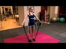 Unoszenie ramion w bok z gumą do ćwiczeń - ćwiczenia siłowe na klatkę piersio...