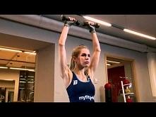 Unoszenie hantli siedząc na piłce gimnastycznej - ćwiczenia siłowe  GŁÓWNE MI...