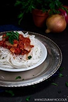 Makaron ryżowy z sosem pomi...