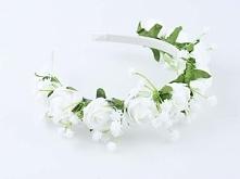Ślubna opaska na głowę ze sztucznych kwiatów, utrzymana w biało - zielonej tonacji.  Do kupienia w sklepie internetowym Madame Allure!