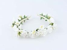 Ślubna opaska ze sztucznych kwiatów w kolorze białym.  Do kupienia w sklepie internetowym Madame Allure!