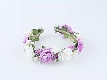 Ślubna opaska z kwiatów w kolorach białym i fioletowym.  Do kupienia w sklepie internetowym Madame Allure!