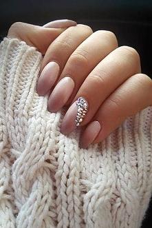 Ciepły sweter,piękne paznok...