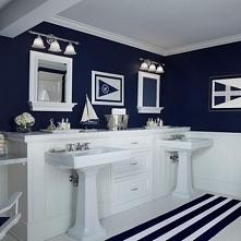 granatowo-biała łazienka