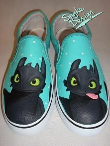 Ręcznie malowane buty slip-on ze szczerbatkiem od Spyke Design. Więcej po kliknięciu na zdjęcie :)