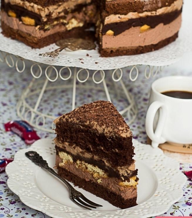 Ciasto kukułka biszkopt 6 jaj 4/5 szkcukru 1 szk mąki tortowej 2 czubate łyżki  kakao 1 łyżeczka proszku kakaowy 300 ml śmietany 30 % 1 czubata łyżka  kakao 1 czubata łyżka cukru 1 czubata łyżka żelatyny 50 ml wrzącej wody czekoladowy 200 g gorzkiej czekolady 150 ml likieru jajecznego  kukułkowy 500 ml śmietany 30 % 150 g cukierków kukułek 1 łyżka żelaty podłużne lub okrągłe biszkopty 2-3 kgorzkiej czekolady  50-70 ml naparu kawowego Przygotowanie Dzień przed przygotowaniem ciasta do garnuszka wlewamy 300 ml śmietany 30 % przeznaczonej do przygotowania kremu kukułkowego Dodajemy cukierki podgrzewamy na niewielkim ogniu mieszając aż do  rozpuszczenia słodyczy Po przestudzeniu wkładamy garnek do lodówki na całą noc Biszkopt  bl wym 23x34 cm sm tł obsypujemy krupczatką Boki  suche Piekarnik o 160 st Białka oddzielamy od żółtek  ubijamy  pod koniec partiami cukier   ciągle miksując po jednym żółtku Mąkę mieszamy z kakao proszkiem Przesiewamy bezpośrednio do jajek dokładniemieszamy Masę  do formy  gorącego piekarnika. Pieczemy około 35-40 min Po upieczeniu  biszkopt lekko ostygnie obkrawamy boki    Przecinamy na 2 blaty Blachę wykładamy folią  Wkładamy jeden blat ciasta Krem kakaowy  schłodzoną śmietanę ubijamy na sztywno dodając  cukier Żelatynę zal wrzątkiem   Do gorącej mieszaniny wsypujemy kakao dobrze łączymy Dodajemy 2-3 łyżki ubitej śmietany mieszamy aby wyrównać tem Miksturę wlewamy do bitej śmietany  miksujemy Krem od razu nakładamy na biszkopt układamy warstwę biszkoptów Jeśli planujemy podać tego samego dnia biszkopty skrapiamy del nap kawowym Jeśli  zaserwujemy następnego dnia dodatkowe nasączanie biszkoptów nie będzie konieczne Blachę wkładamy do lodówki Krem czekoladowy Likier  do garnka Dodajemy czekoladę połamaną   Podgrzewamy na  ogniu  mieszając do rozp Gdy krem przestygnie do tem pok nakładamy  na biszkopty  Ponownie schładzamy Krem kukułkowy Schłodzoną masę do miski   miksujemy  przez ok 2 m Gdy się  napowietrzywlewamy  pozostałe 200 ml mocno schł śmi
