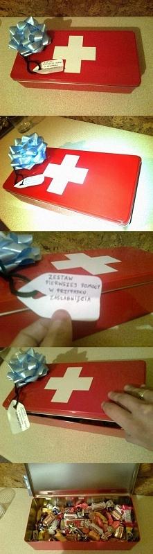 śmieszny prezent, zamiast słodyczy można dać butelkę alkoholu ;)