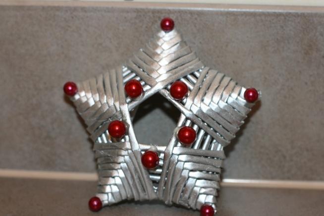 Zawieszka na choinkę, wykonana z papierowej wikliny. Średnica gwiazdki to 11 cm. Cena na priv :)