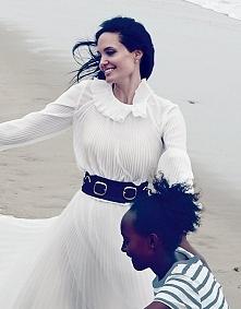 """Kampania promocyjna filmu """"By The Sea"""" ruszyła pełną parą i z tej okazji Angelina Jolie trafiła na okładkę nowego wydania amerykańskiego """"Vogue"""". W sesji zdj..."""