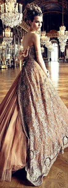 Piękna suknia balowa.