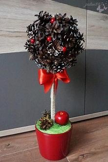 Bożonarodzeniowe drzewko z szyszek i kuli styropianowej